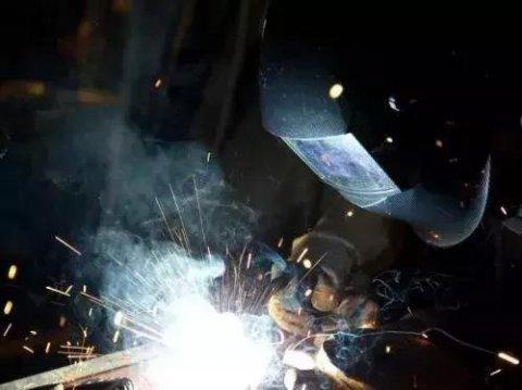 焊工,你是怎么防护焊接烟尘的?